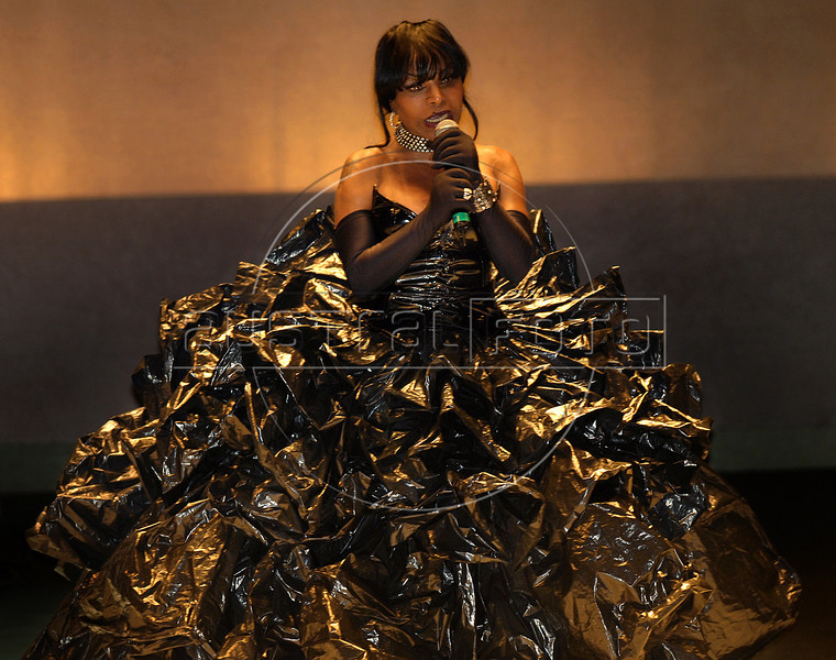 Brazilian singer Elza Soares, performs during the Order of Cultural Merit 2008 Tribute to Machado de Assis award at the Municipal Theater, Rio de Janeiro, Brasil, October 7, 2008. (Austral Foto/Renzo Gostoli)