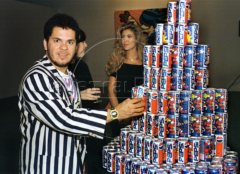 Brazilian neo-pop artist painter Romero Britto presents designs over cansvases for a collection of Pepsi corporation at Modern Art Museum (MAM), Rio de Janeiro, Brazil, 1995. (Austral Foto/Renzo Gostoli)
