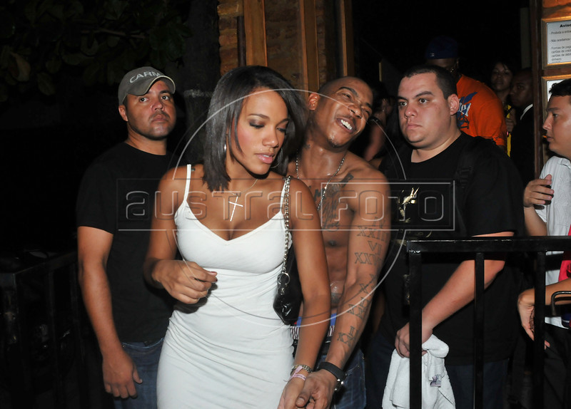 The American rapper Ja Rule leaves the Boite People with brazilian Ines Carolina,  Rio de Janeiro, Brazil, February 18, 2009. (Austral Foto/Azimute)