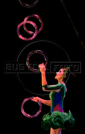 Unicirco, show, malabarista, Rio de Janeiro, Brazil, Abril 23, 2012. (Austral Foto/Renzo Gostoli)