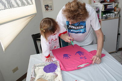 20110211 Sophia Making Valentine Shirts 042