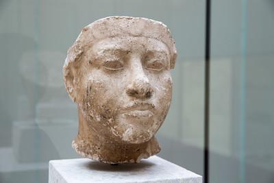 KOPF EINES KÖNIGS, WAHRSCHEINLICH AMENOPHIS' III. Gipsstuck Viele charakteristische Merkmale dieses fülligen Königs¬porträts haben bereits Borchardt dazu veranlasst, in die¬sem Gesicht Amenophis III. zu sehen. Weitere Details, wie die am Hals sichtbaren Nähte, deuten darauf hin, dass die Gussform von einer Statue abgenommen wurde. Mehrere kleinere Darstellungen belegen eine Verehrung Ameno¬phis' IM. in Achet-Aton. Sollte die Zuweisung des Kopfes an Amenophis III. Bestand haben, bildet er eine bemer¬kenswerte Ausnahme für das Vorbild einer lebensgroßen Statue. 1351-1334 v. Chr., Haus P 47.2, Raum 19 Grabung/Excavation DOC, 7.12.1912 AM 21299 HEAD OF A KING, PROBABLY AMENHOTEP III Stucco The many distinctive features of this corpulent portrait of a king caused Borchardt to identify it äs the head of Amen-hotep III. Further details, such äs the seams that are visible at the neck, show that the casting was made on a statue. A number of smaller depictions provide evidence for a wor-ship of Amenhotep III in Akhetaten. If the head can be iden-tified äs that of Amenhotep III, it would form a remarkable exception since it represents a model for a life-sized statue of the former king during the last years of the Amarna period.