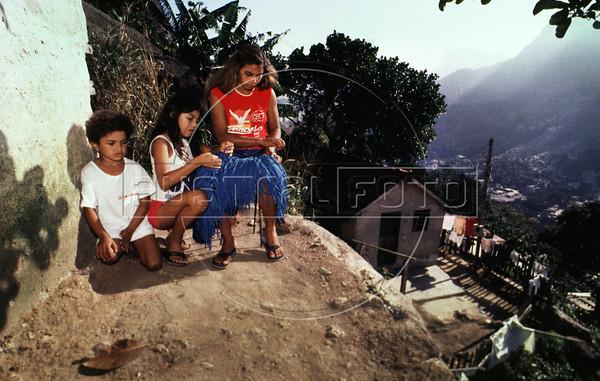 Costureiras da Coopa-Roca na Rocinha, Rio de Janeiro, Brasil, Agosto 5, 1988.  (Austral Foto/Renzo Gostoli)