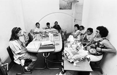 A fundadora da Coopa-Roca, Maria Teresa Leal, esq, em uma  reuniao das costureiras da cooperativa  da Rocinha, Rio de Janeiro, Brasil, marzo 15, 1988.  (Austral Foto/Renzo Gostoli)