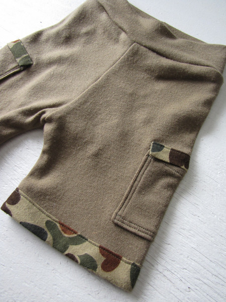 95/5 washable interlock (thinner) w/ internal soaker<br /> flannel trimmed pockets and cuffs w/ camo print.<br /> <br /> rise- 17<br /> inseam- 4 <br /> waist- 15 at rest, stretches to 22<br /> <br /> $40