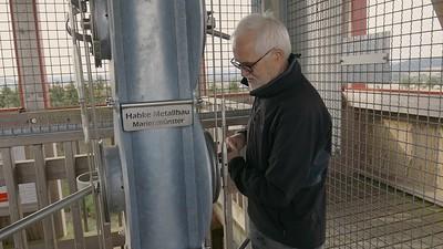Josef Köhne erklärt die Signalanlage des Lattbergturms
