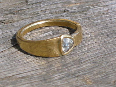 Forged gold ring 22K 917 with uncut diamond