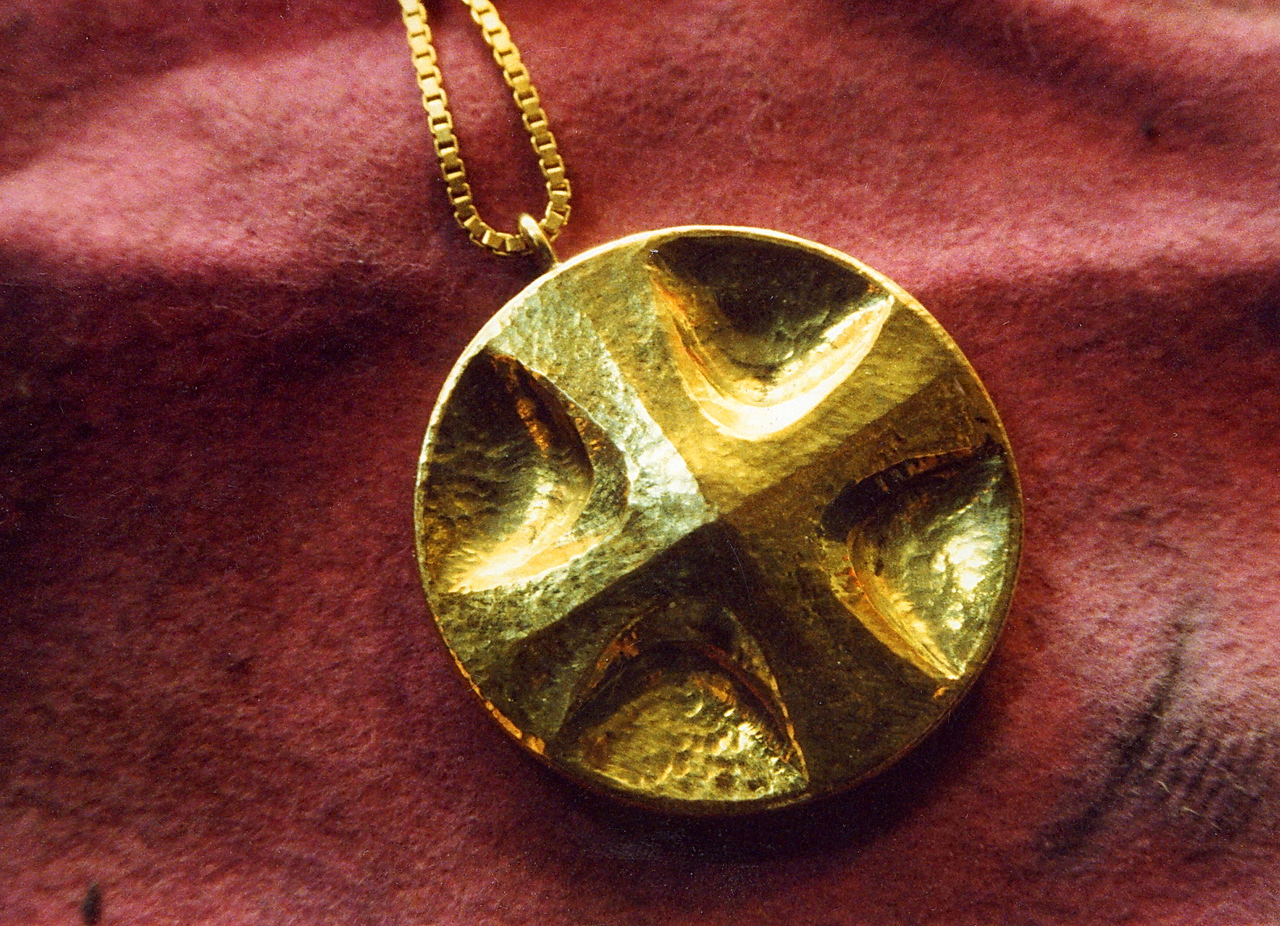 Chased cross. Front and bezel in 18K gold, back in silver. Contains copper, tin, lead, iron and mercury. The commissioner wished to have a cross containing all of the seven planetary metals: Gold-Au-Sun, Silver-Ag-Moon, Copper-Cu-Venus, Iron-Fe-Mars, Tin-Sn-Jupiter, Lead-Pb-Saturn, Mercury-Hg-Mercury.