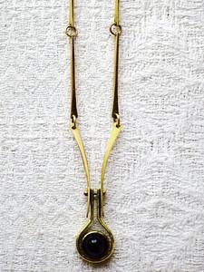 Anheng, omarbeidet giftering, gult gull 585 ametyst cabochon. Med kjede som på kan brukes på flere anheng.
