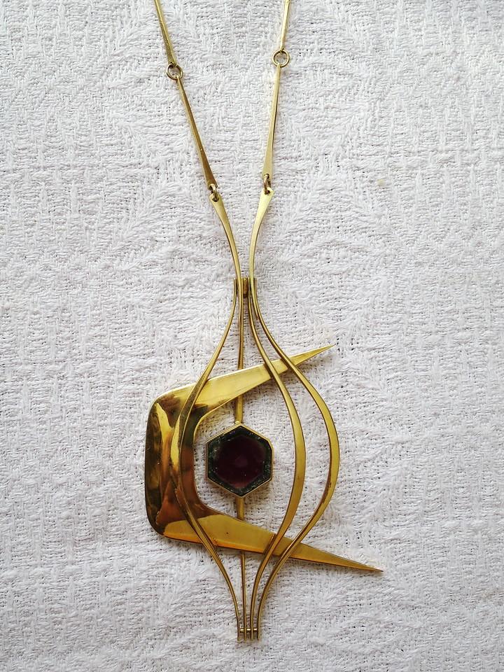 Mitt svennestykke fra 1972 - 18K/750 gult gull med turmalin. Med kjede som på kan brukes på flere anheng.