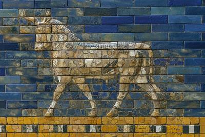 Großarchitektur (Ziegelfassade), 6. Jahrhundert vor Christus,     Fundort: Babili, Babylon; Keramik; glasiert