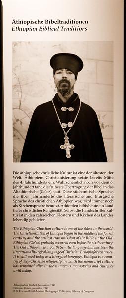 Äthiopische Bibeltraditionen<br /> Die äthiopische christliche Kultur ist eine der ältesten der Welt. Äthiopiens Christianisierung setzte bereits Mitte des 4. Iahrhunderts ein. Wahrscheinlich noch vor dem 6. Iahrhundert fand die früheste Übertragung der Bibel in das Altäthiopische (Ge'ez) statt. Diese südsemitische Sprache, die über Iahrhunderte die literarische und liturgische Sprache des christlichen Äthiopien ear, wird immer noch als Kirchensprache benutzt. Äthiopien ist bis heute ein Land tiefer christlicher Religiosität. Selbst die Handschriftenkultur ist in den zahlreichen Klöstern und Kirchen des Landes lebendig geblieben.