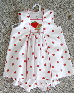 jumper in white pique with strawberries and smocked with bear and strawberry