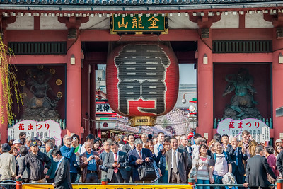 Tourists in front of Kaminari-mon in Asakusa