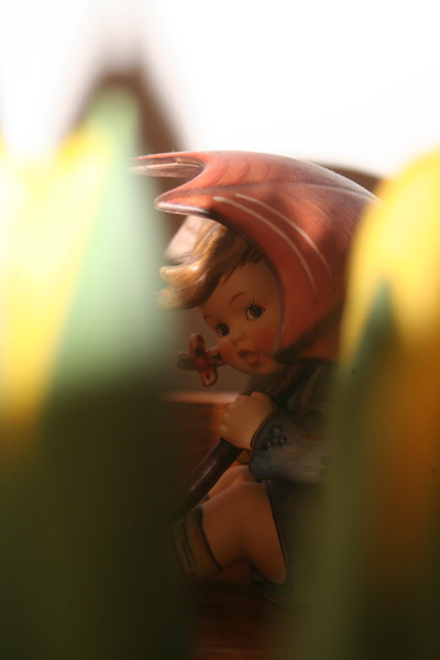 Unbrella Girl with yellow tulips 1