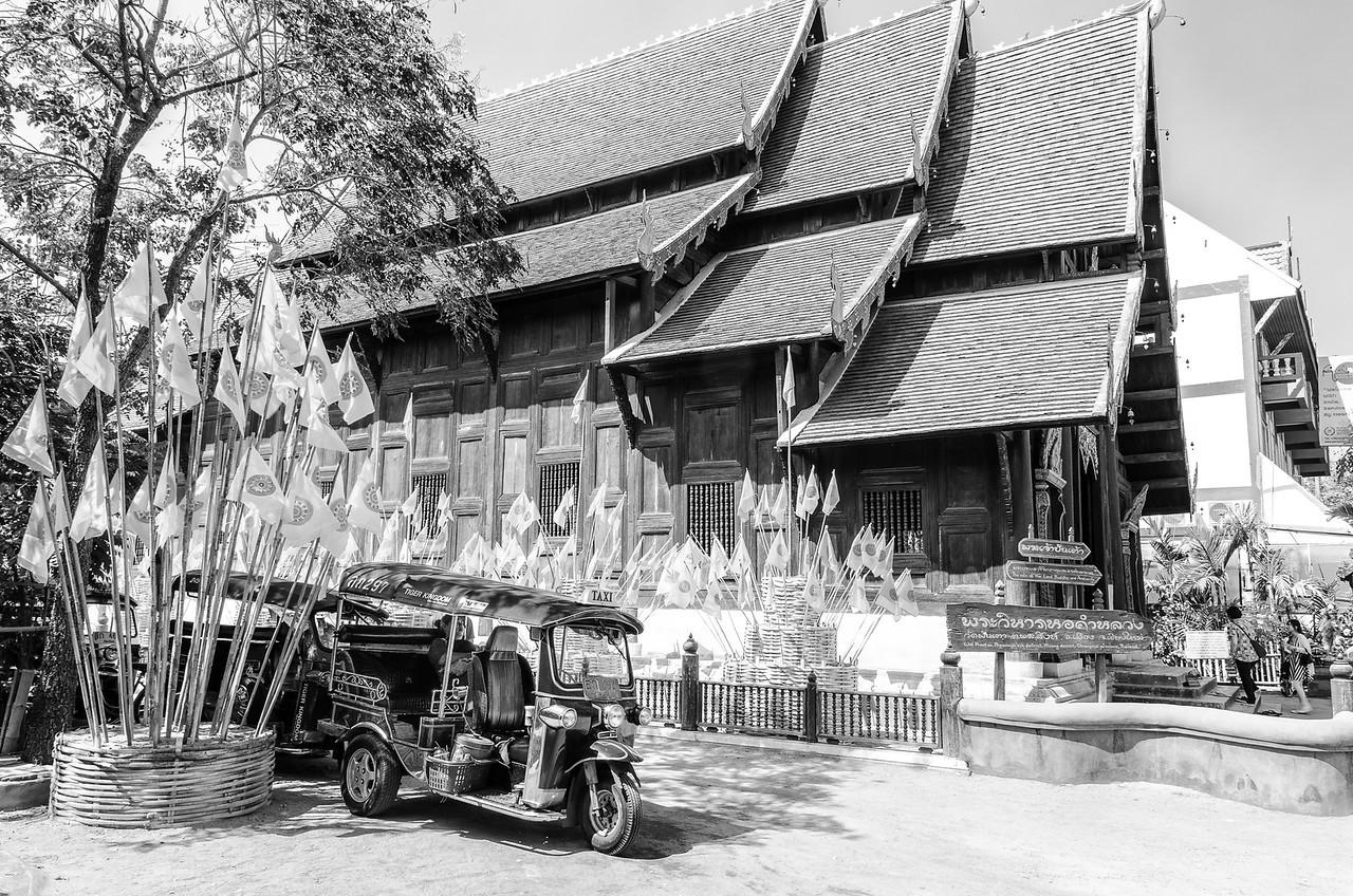 Wat Phan Tao, with resting tuk-tuk driver.