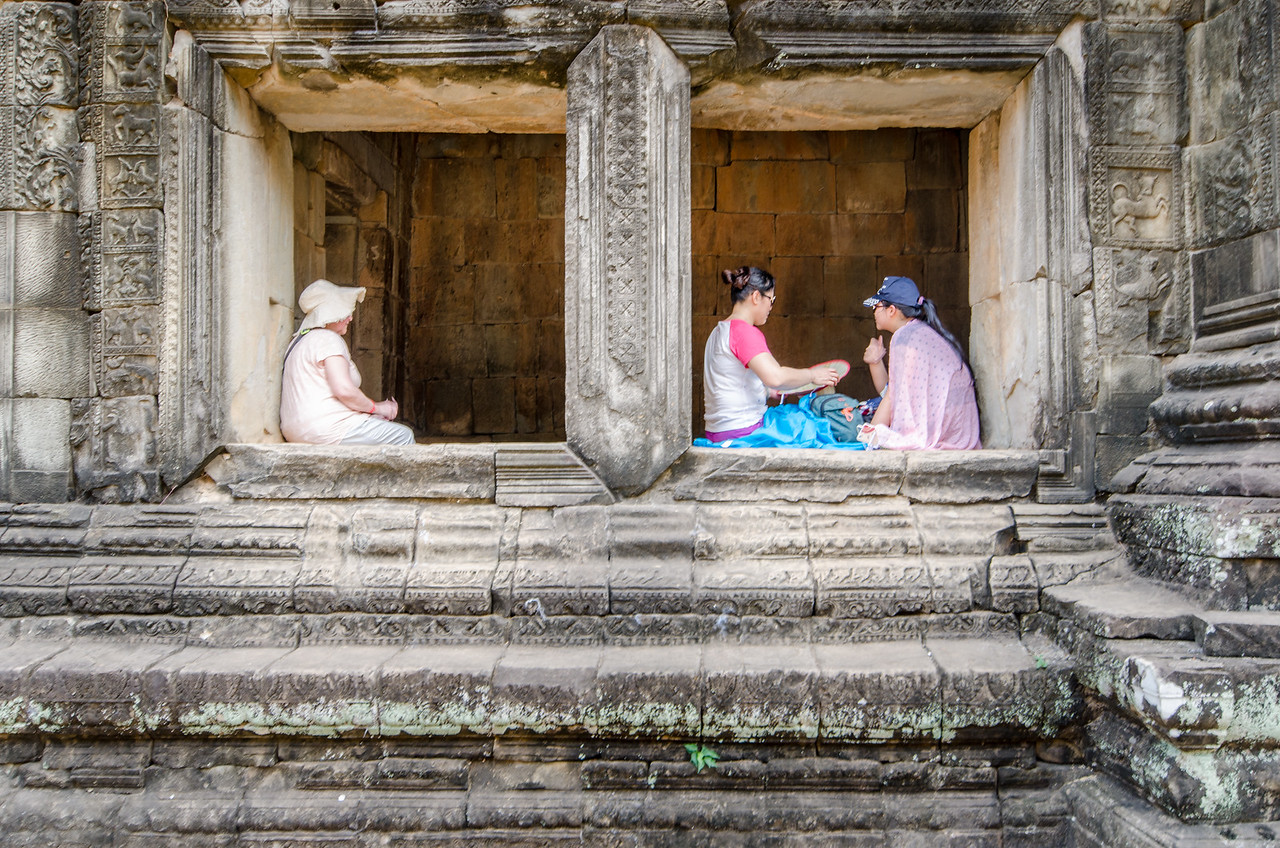 Some tourists taking a break at Phimeanakas.