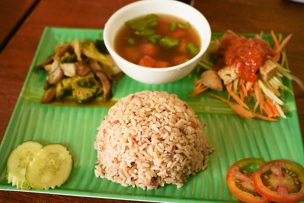 A simple veggie fare for lunch...not really Cambodian, but delicious!