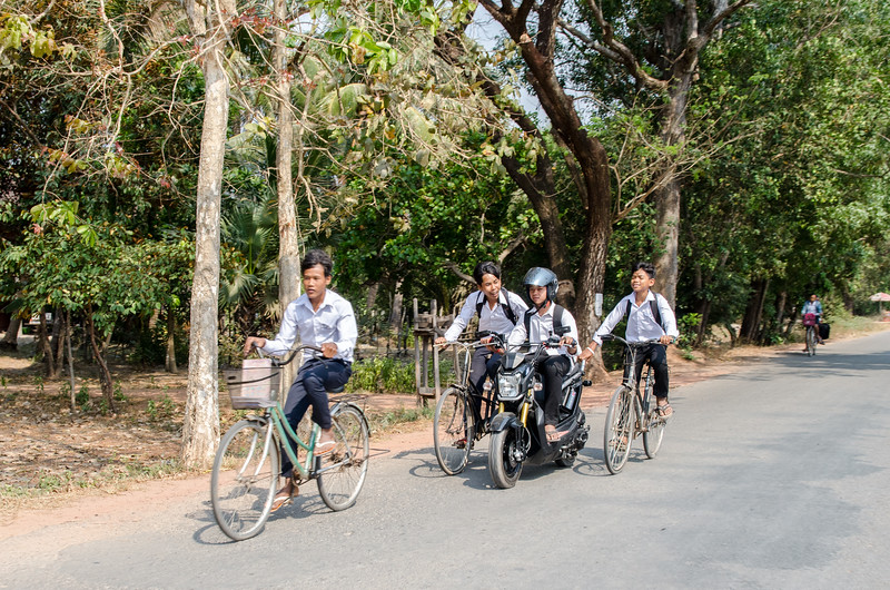 Schoolkids on the road as we head to Banteay Srei.