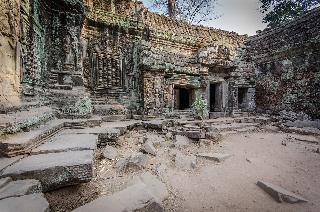 Although founded as a budhist temple there are many hindu bas-reliefs. One explanation that has been proffered is that much of the temple's original Buddhist narrative artwork must have been destroyed by Hindu iconoclasts following the death of Jayavarman VII