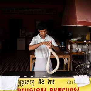 Kampot - making noodles