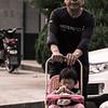 Ďed s vnučkou na nedělní vycházce