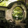 Měsíční brána k zahradě jedné z vilek na ostrově