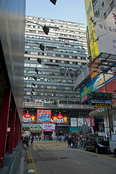 Frontal shot of the Chungking Mansions at an intersection in Kowloon
