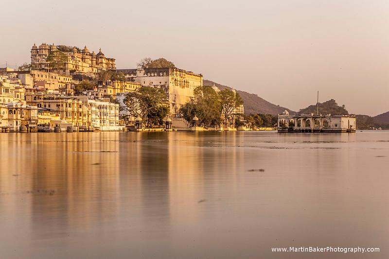 Lake Pichola and City Palace, Udaipur, Rajasthan, India.
