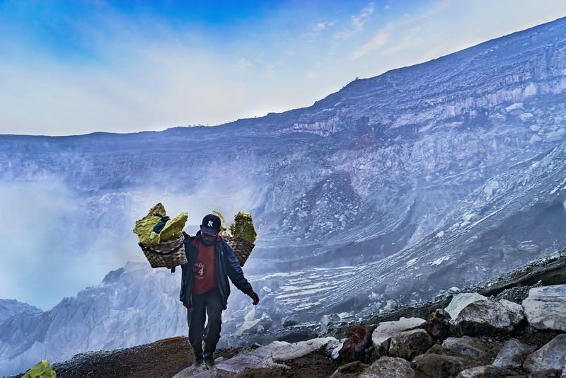 Ijen-Sulfur-Miner