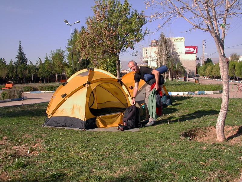 Ir 0001 kamperen na aankomst in Shiraz