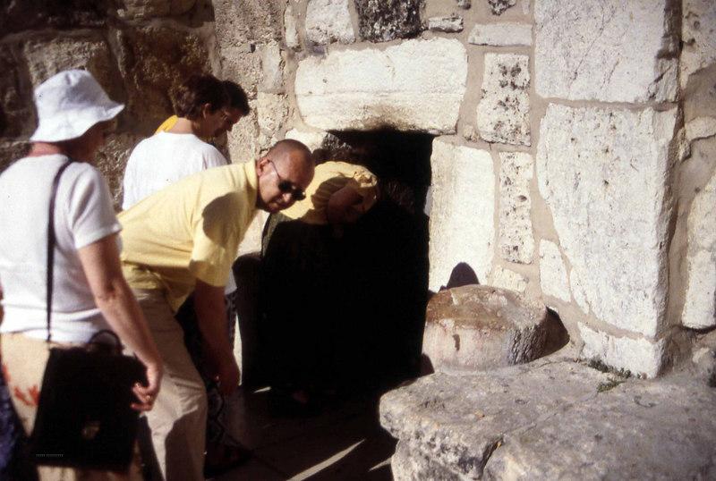 Ingen slipper inn i fødselskirken i Bethlehem uten en viss grad av ydmykhet. Imidlertid ble visst inngangen bygd så lav for å holde store krigere ute for å gjøre kirken lettere å forsvare mot alle de griske, ekle menneskene som alltid skal ødelegge for de av oss som elsker fred. (Foto: Geir)