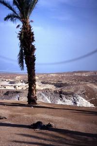 Utsikt mot Dødehavet fra klippene ved Masada. Den buede speilingen i horisonten er verken en guddommelig åpenbaring, besøk fra det ytre rom eller en supersonisk eksplosjon. Kameraet mitt, et Chinon CP-7 med K-bajonettinnfatning begynner virkelig å slå seg vrang på denne turen. (Foto: Geir)