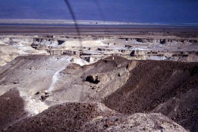 Enda litt mere tørt område ved Dødehavet. Dette er et såkalt wadi, tørt elveleie, som en gang visstnok skal ha ført vann med seg, men som neppe har sett den slags på en stund. (Foto: Geir)