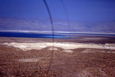 """Kamerafeilen kommer tydelig til uttrykk i denne visjonen av Jordandalen og dødehavet der det deler sg i to. I bakgrunnen høydene der Moses i mangel av gode briller myste ut over det forgjettede (ørken)land. Hvor han kunne finne melk og honning i dette landskapet er for meg en myte. Noen hevder Moses var en myte. Det har """"Prinsen av Egypt"""" motbevist en gang for alle. Det vite skal være salt, og ikke støv. (Foto: Geir)"""