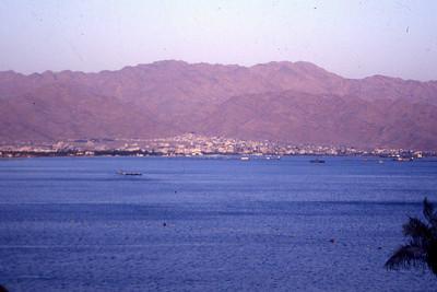 Akaba, Jordans eneste havneby ligger klemt inntil en åsside innerst i en lang fjordarm som Israel, Jordan, Egypt og Saudi-Arabia deler mellom seg. En hvit perle som også spiller en rolle i filmen Lawrence of Arabia. (Foto: Geir)
