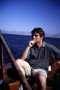 Fotografen fotograferes der han sitter og leker Peter eller en annen bibelperson mens båten gynger på Galileabølgene de blå. Under denne meditasjonen fant fotografen ut at ikke er mulig å romantisere bibelhistorien inn i et sekularisert kristenmannshode. (Foto: Geir)
