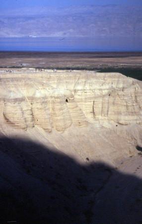 Qumran kjenner vi til blant annet pga DaVinci-koden og for påvirkningen Qumranfunnene har hatt på bibelteologien. Det arkeologiske materialet ble funnet i hulen du ser 3/4 opp på midten av bildet. Det er ingen støvflekk. (Foto: Geir)