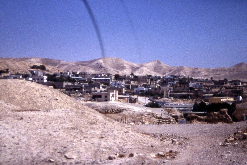 Fotografen mener at dette er en beduinlandsby i ørkenen, men det kan være hva som helst. Det er helt klart, er at det er en del av Judea-ørkenen et sted mellom Jerusalem og .... Judea. (Foto: Geir)