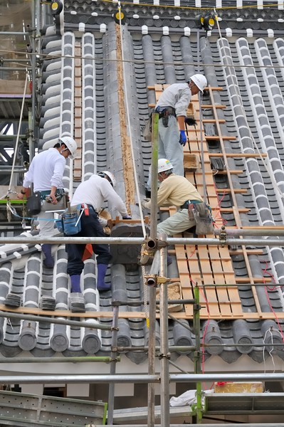Restoring the castle roof using classical methods - Himeji Castle, Japan