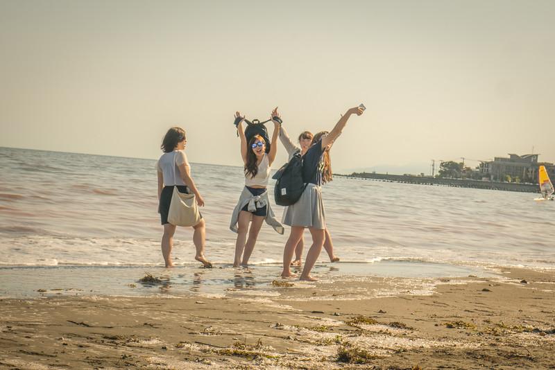 girls posing selfie in Kamakura
