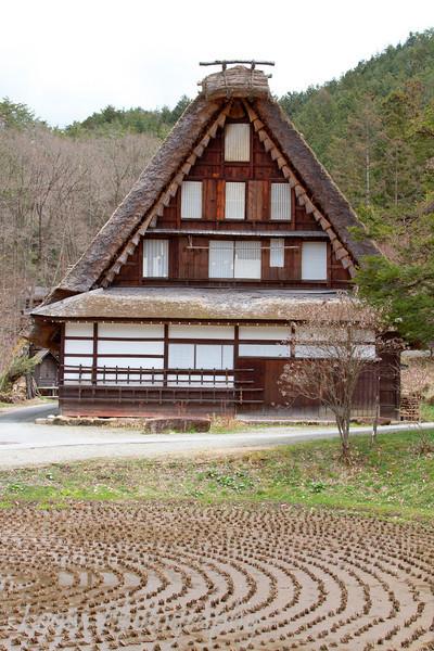 "Traditional farmhouse at the <a target=""NEWWIN"" href=""http://en.wikipedia.org/wiki/Hida_Minzoku_Mura_Folk_Village"">Hida Folk Village</a>, <a target=""NEWWIN"" href=""http://en.wikipedia.org/wiki/Takayama,_Gifu"">Takayama</a>, Japan"