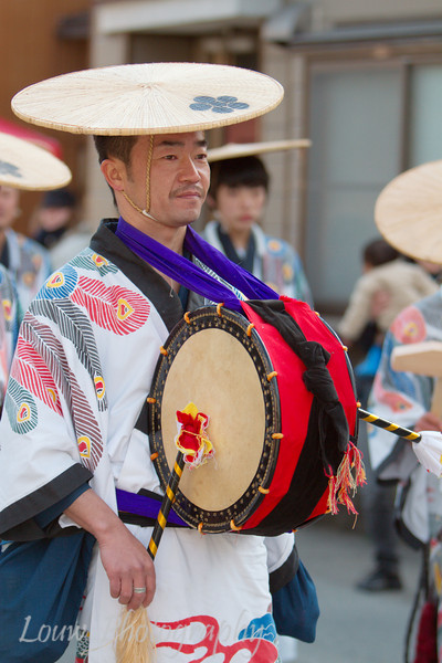 "Musician in traditional costume at the <a target=""NEWWIN"" href=""http://en.wikipedia.org/wiki/Takayama_Festival"">Takayama Festival</a>, <a target=""NEWWIN"" href=""http://en.wikipedia.org/wiki/Takayama,_Gifu"">Takayama</a>, Japan"