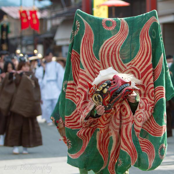 "Lion dance at the <a target=""NEWWIN"" href=""http://en.wikipedia.org/wiki/Takayama_Festival"">Takayama Festival</a>, <a target=""NEWWIN"" href=""http://en.wikipedia.org/wiki/Takayama,_Gifu"">Takayama</a>, Japan"