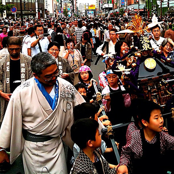 Running with the portable shrine - Sanja Matsuri festival, Tokyo #dna2japan #gadv