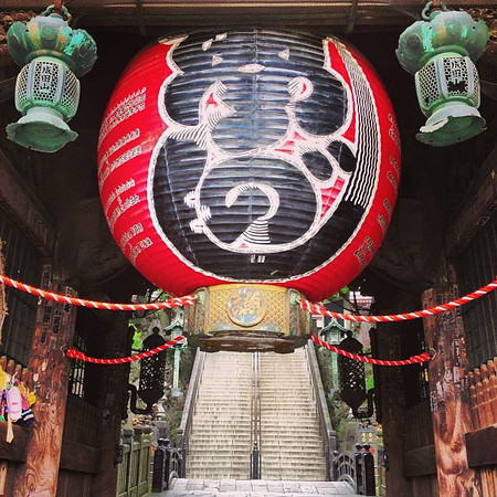 Peering under the paper lantern, Naritasan Shinshoji Shingon Buddhist temple #Japan