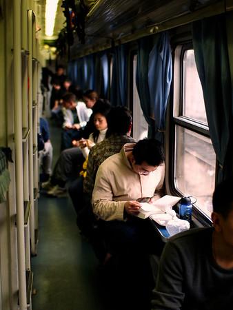 Tidsfordriv utenfor sovekupeen på hard sleepers-vognene mellom Guangzhou og Nanning. ******* Time passes on the Hard Sleeper train between Guangzhou and Nanning.  Specs: Olympus E-500, Sigma 30mm f1.4 (Foto: GeirI