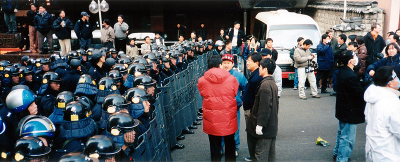 Before the action started there is actually an air of congeniality between the Police and Protesters. 1994, Seoul