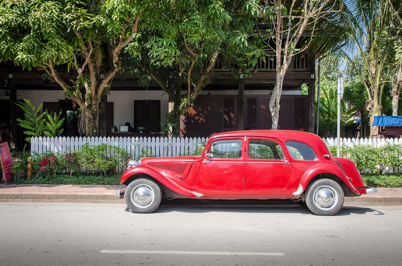 Antique Citroen in front of colonial building.