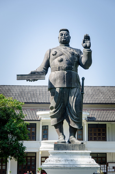 King Sisavangvong (*1885 - 1959) was the King of Luang Prabang and from 1904 on the King of Laos. He was a lifelong supporter of the French rule. In his hand he holds a constitution for Laos. The memorial is placed on the grounds of the Royal Palace.
